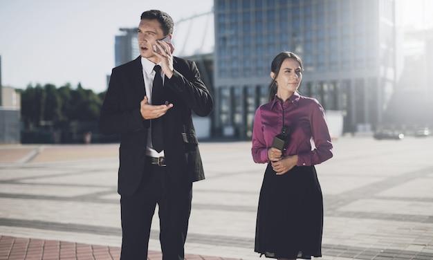Бизнесмен на улице в городе с журналистом. Premium Фотографии