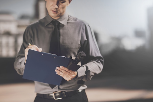 Журналист делает записи на своем листе. Premium Фотографии