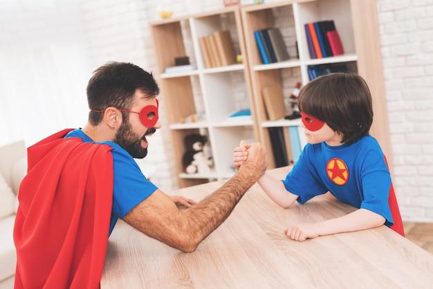 父と息子は腕相撲で競います。 Premium写真