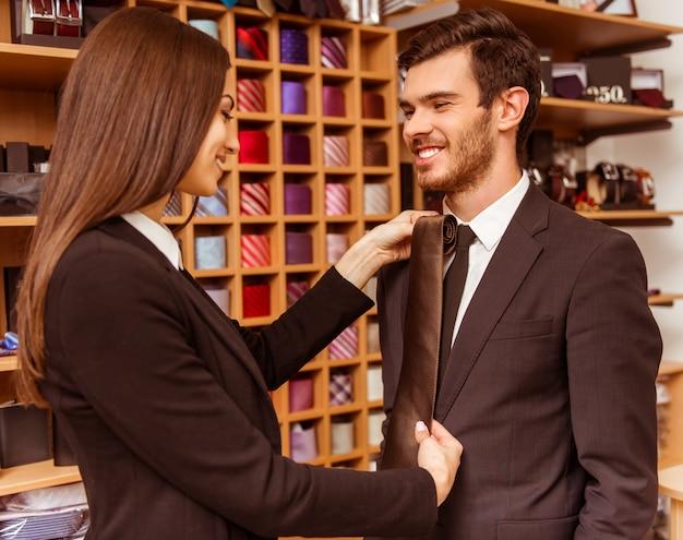 女性店員と実業家にネクタイを提供しています。 Premium写真