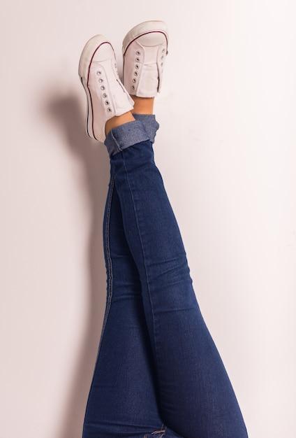 女性のジーンズの足のデモンストレーション Premium写真