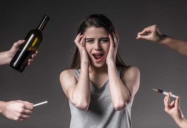 Молодая несчастная женщина, отказ от вредных привычек. Premium Фотографии