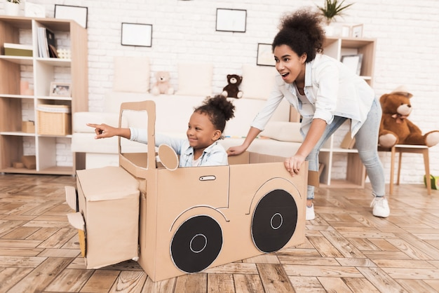 ママと娘は大きなおもちゃの車で遊んでいます。 Premium写真
