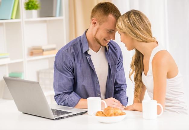 Пара в любви, имеющие завтрак на кухне вместе. Premium Фотографии