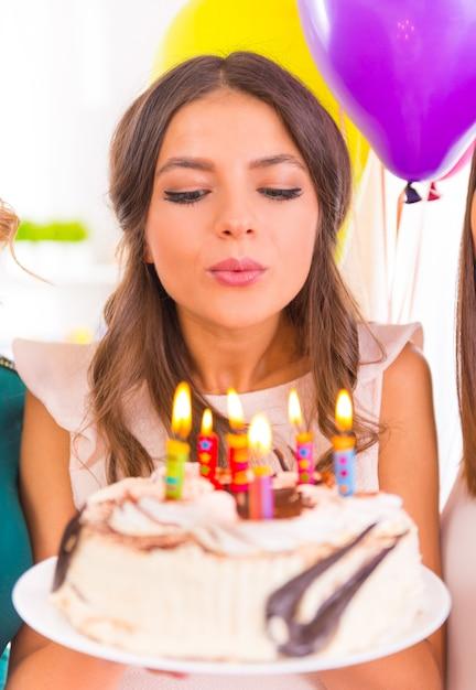 ホームパーティーで誕生日を祝う美しい少女。 Premium写真