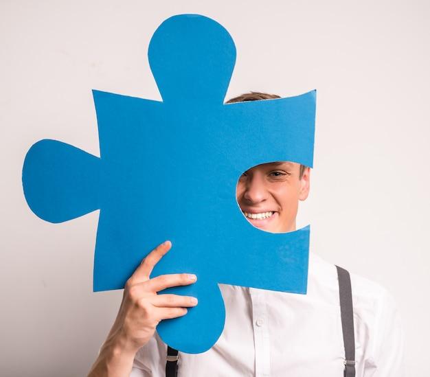 若いビジネスマンは素晴らしいパズルです。 Premium写真
