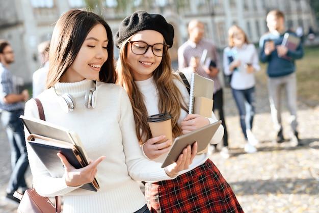 幸せな学生は外で良い気分になります。 Premium写真