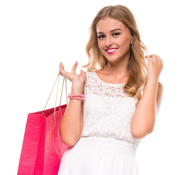 Портрет молодой счастливой улыбающейся женщины с хозяйственной сумкой. Premium Фотографии