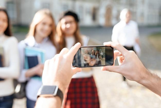 学生は大学の中庭で撮影されています Premium写真