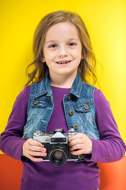 レトロな写真カメラを保持しているかわいい女の子 Premium写真