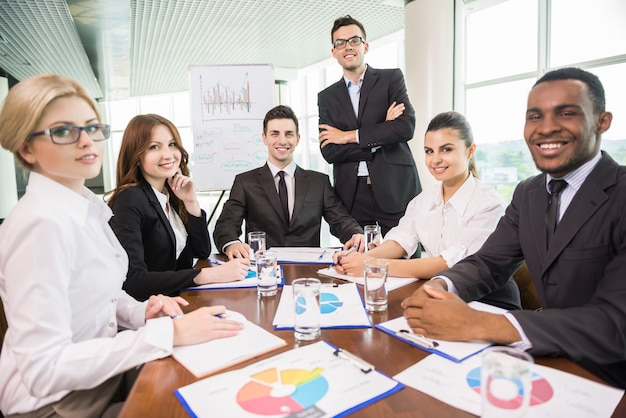 会議室に座って働くビジネスマン。 Premium写真