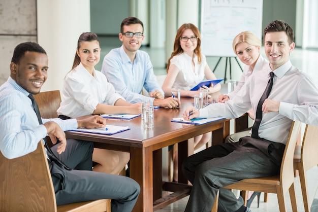 会議室で一緒にブレインストーミングする人々。 Premium写真