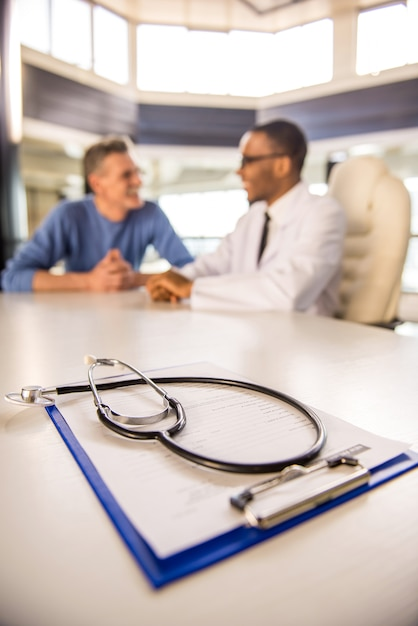 医師は診療所で患者と話します。 Premium写真