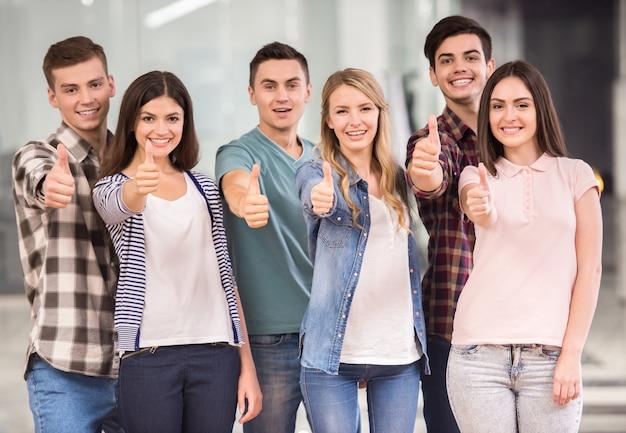 立って、親指を現して幸せな人々のグループ。 Premium写真