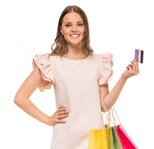 色の買い物袋とクレジットカードを保持している女性。 Premium写真