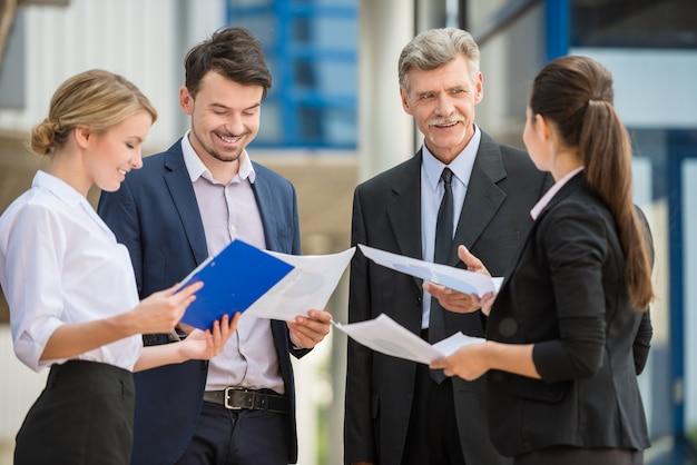 ビジネス会議でスーツで成功したビジネス人々。 Premium写真