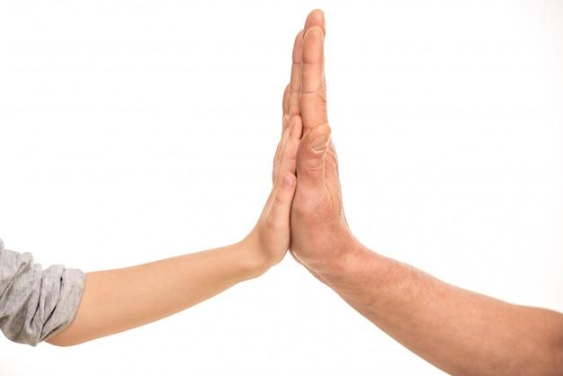 父親の手の中の子供の手。 Premium写真