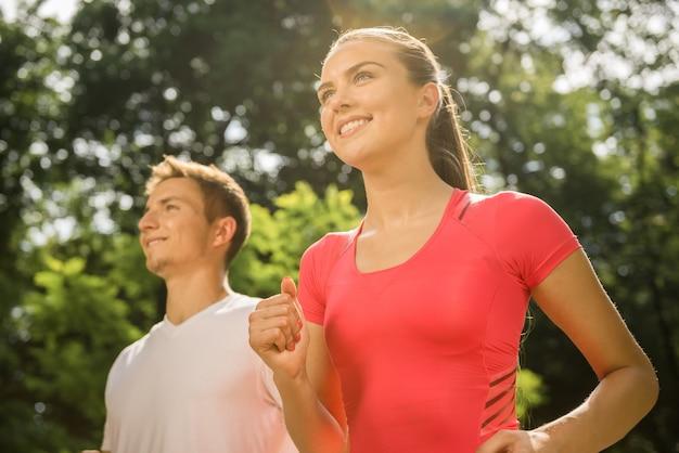 少女と男は早朝にスポーツをします。 Premium写真