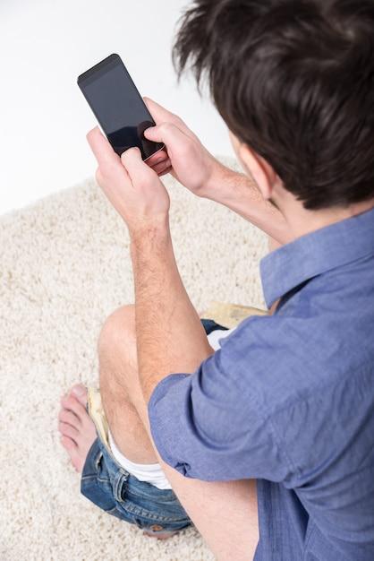 男はトイレでデジタルタブレットを使用しています。 Premium写真