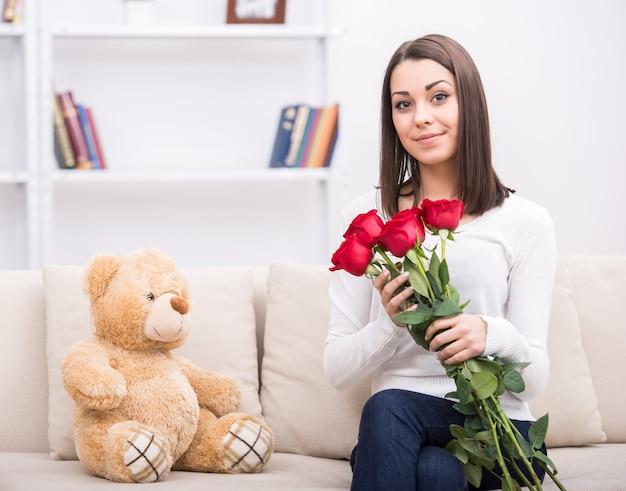 自宅の花とかわいい若い女の子。 Premium写真