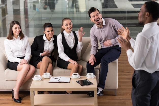 ビジネスの人々はコーヒーを飲みながら交流しています。 Premium写真