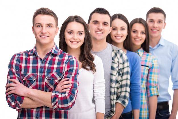 笑顔の学生のグループが立っています。 Premium写真