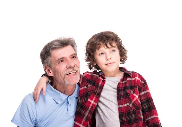 幸せな祖父と孫が目をそらしています。 Premium写真