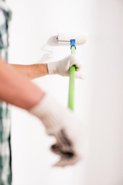 若い男のクローズアップ手が自宅で修理をしています。 Premium写真