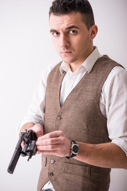 男の肖像は銃を保持しています。 Premium写真