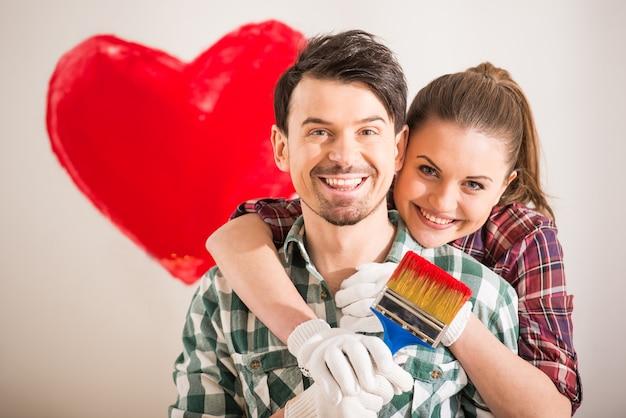 若い幸せなカップルの肖像画は、心を描いた。 Premium写真