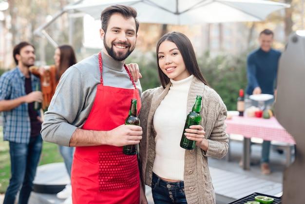 ピクニック中に男と女がビールを飲んでいます。 Premium写真