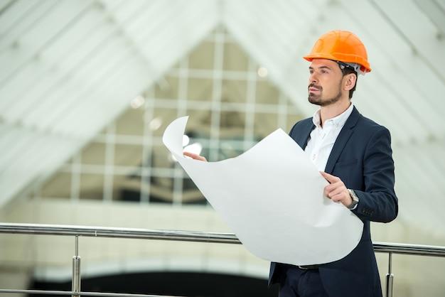 オフィスの若い建築家の肖像画。 Premium写真