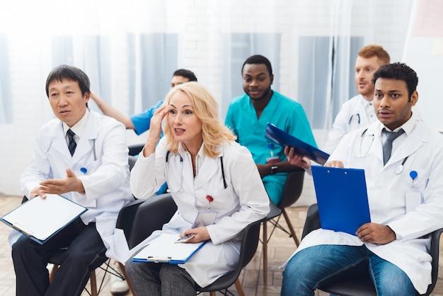 女医は、カメラの前で誰かと議論しています。 Premium写真