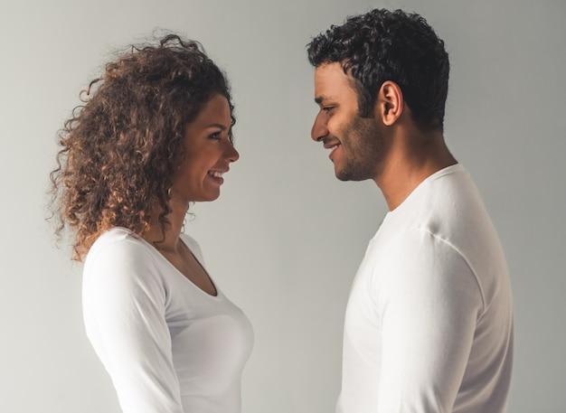 美しいアフロアメリカンカップルがお互いを見ています。 Premium写真