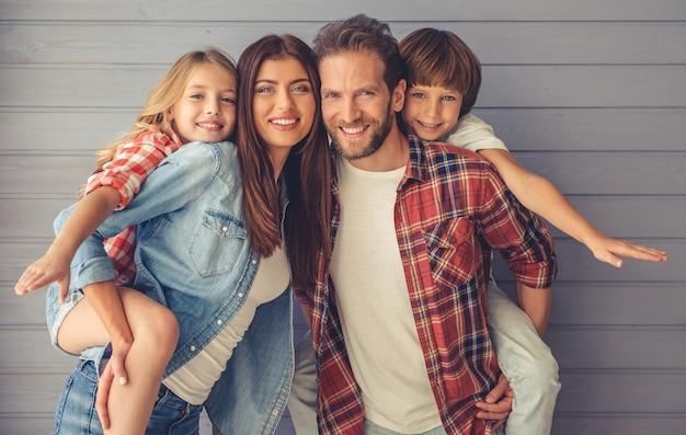 両親と子供たちはカメラを見ています Premium写真