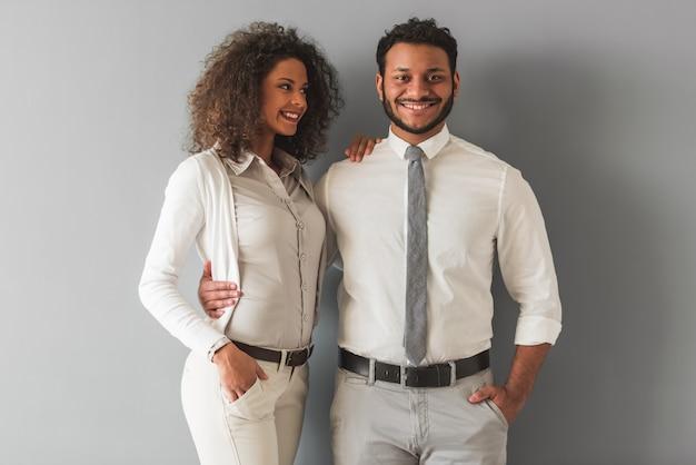 スマートカジュアルな服装のアフロアメリカンカップル Premium写真