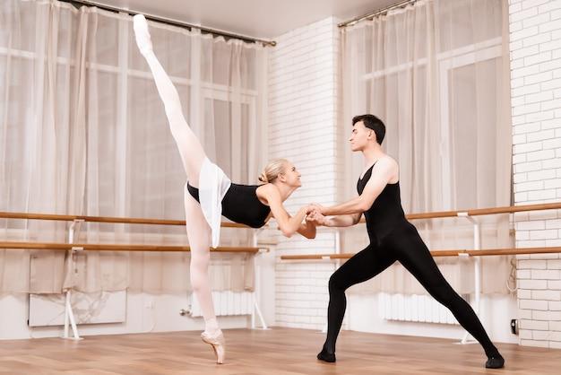 男と女はスタジオでバレエを行います。 Premium写真