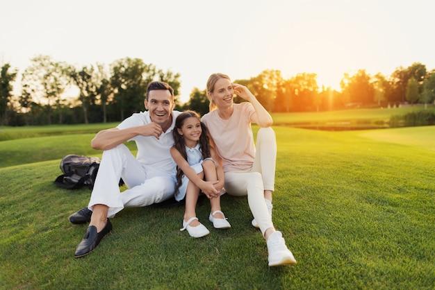 Счастливые семейные досуг люди развлекаются на открытом воздухе. Premium Фотографии