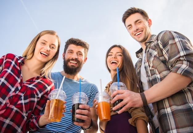野外を歩いている若い幸せな人々 Premium写真