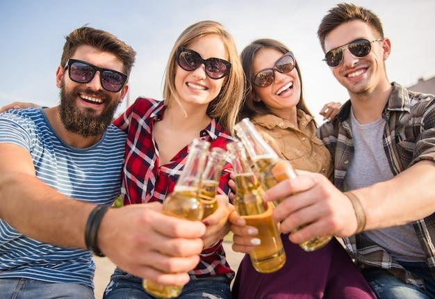 幸せな人々は、自然に眼鏡をチャリンという音します。 Premium写真