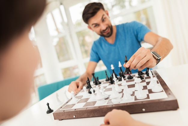 父と息子は彼らの家でチェスをします Premium写真