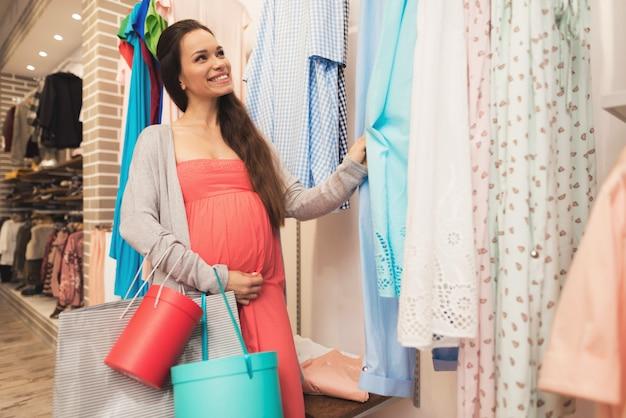 妊婦が店内でベビー用品を選ぶ Premium写真