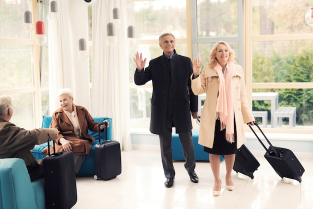 空港ラウンジで年配のカップル Premium写真