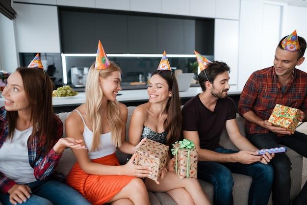 若い人たちはソファに座って会話をしている Premium写真