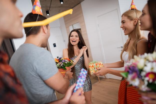 男の子と女の子がプレゼントで誕生日の女の子に会う Premium写真