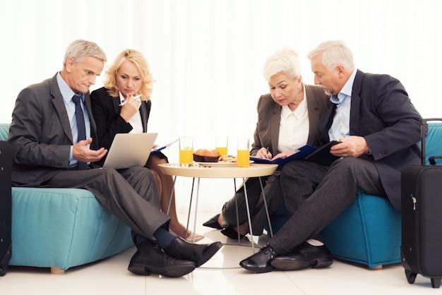老婦人と老人がソファに座っています。 Premium写真