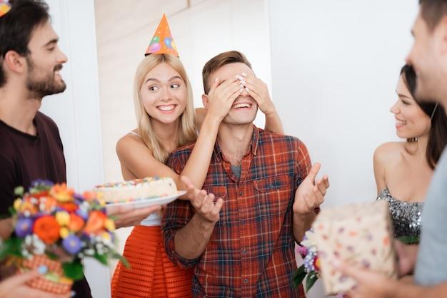 少女は男に誕生日のサプライズを用意しました Premium写真