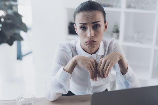 オフィスで彼女の職場に座っている病気の女性 Premium写真