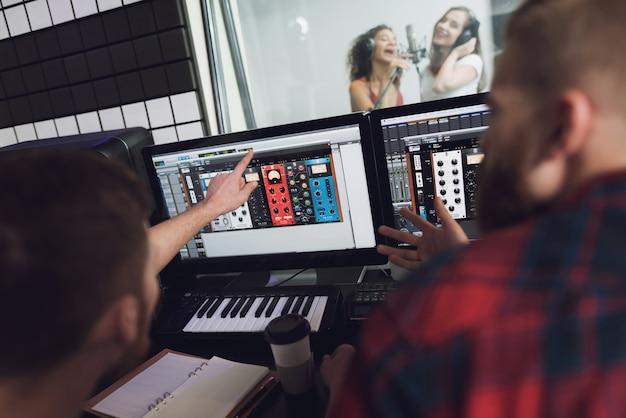 レコーディングスタジオで二人の女の子が歌う Premium写真