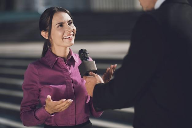 Женщина с улыбкой на лице отвечает на вопрос Premium Фотографии